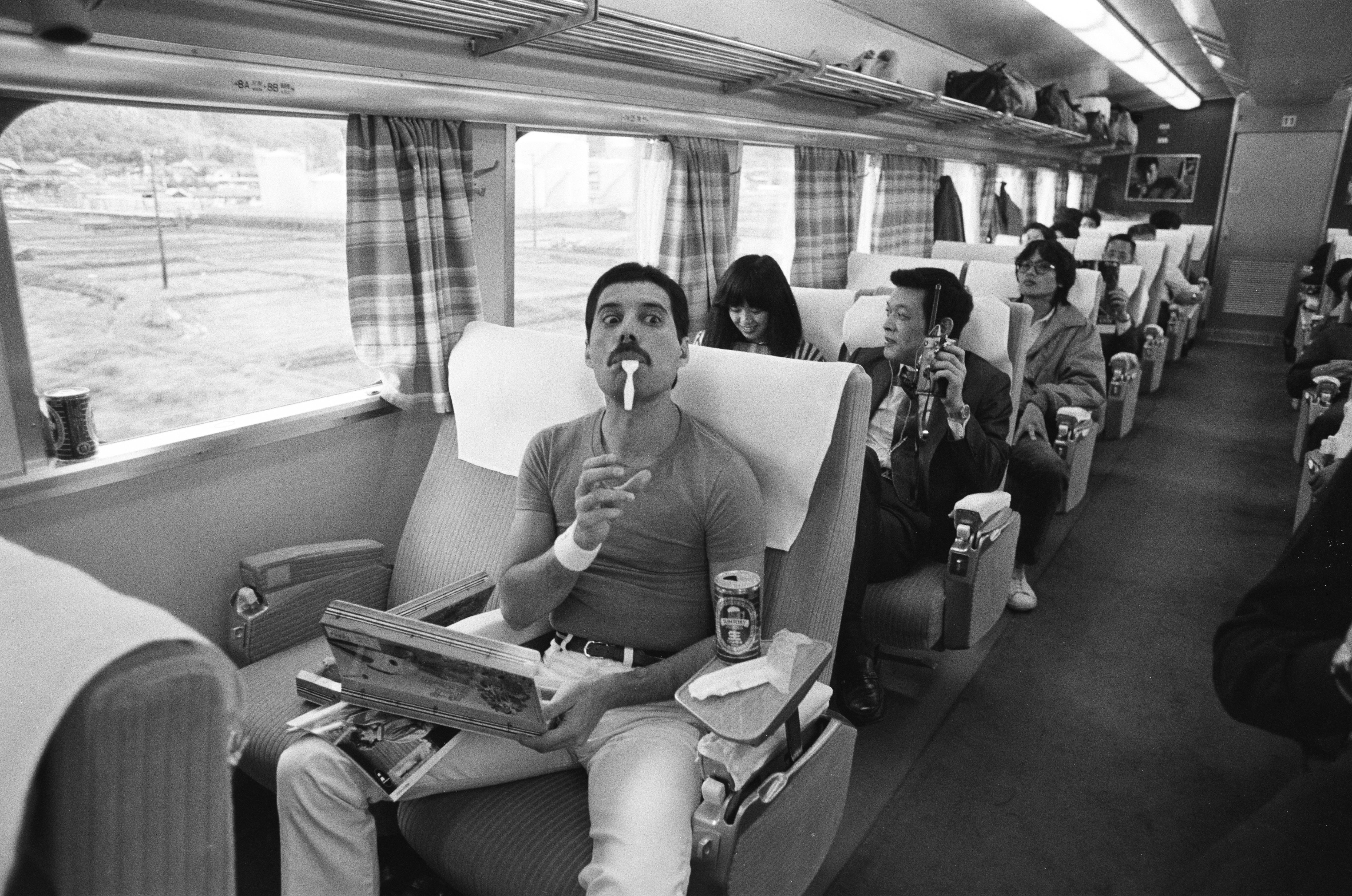 1548858720157_GettyImages-1051251284.jpg - 25 ottobre 1982. Freddie Mercury parte in treno per Nagoya durante l'Hot Space Japan tour dei Queen