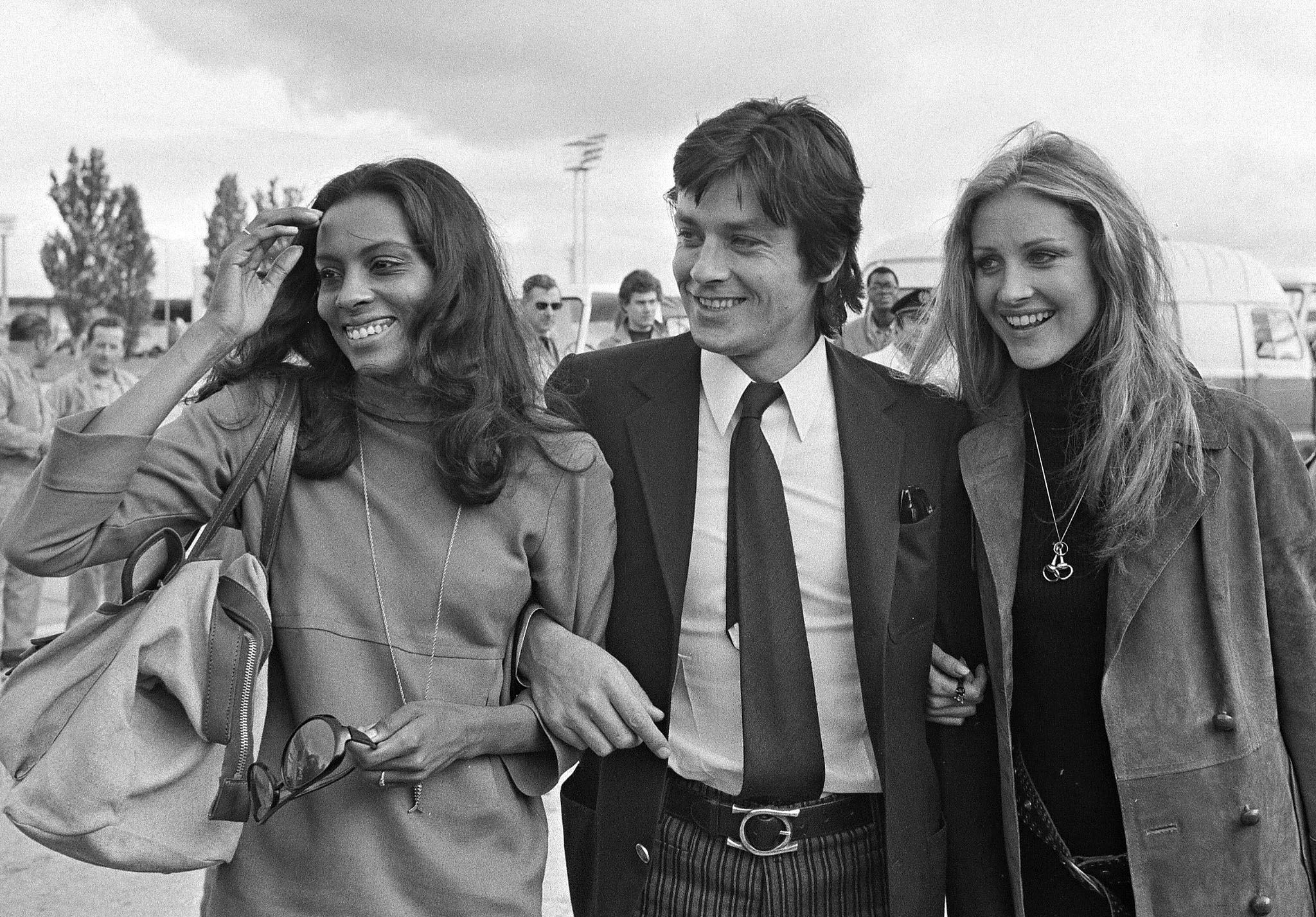 1549360757258_GettyImages-142404371.jpg - 1970  Delon con le attrici Jane Davenport  e Pamela Huntington