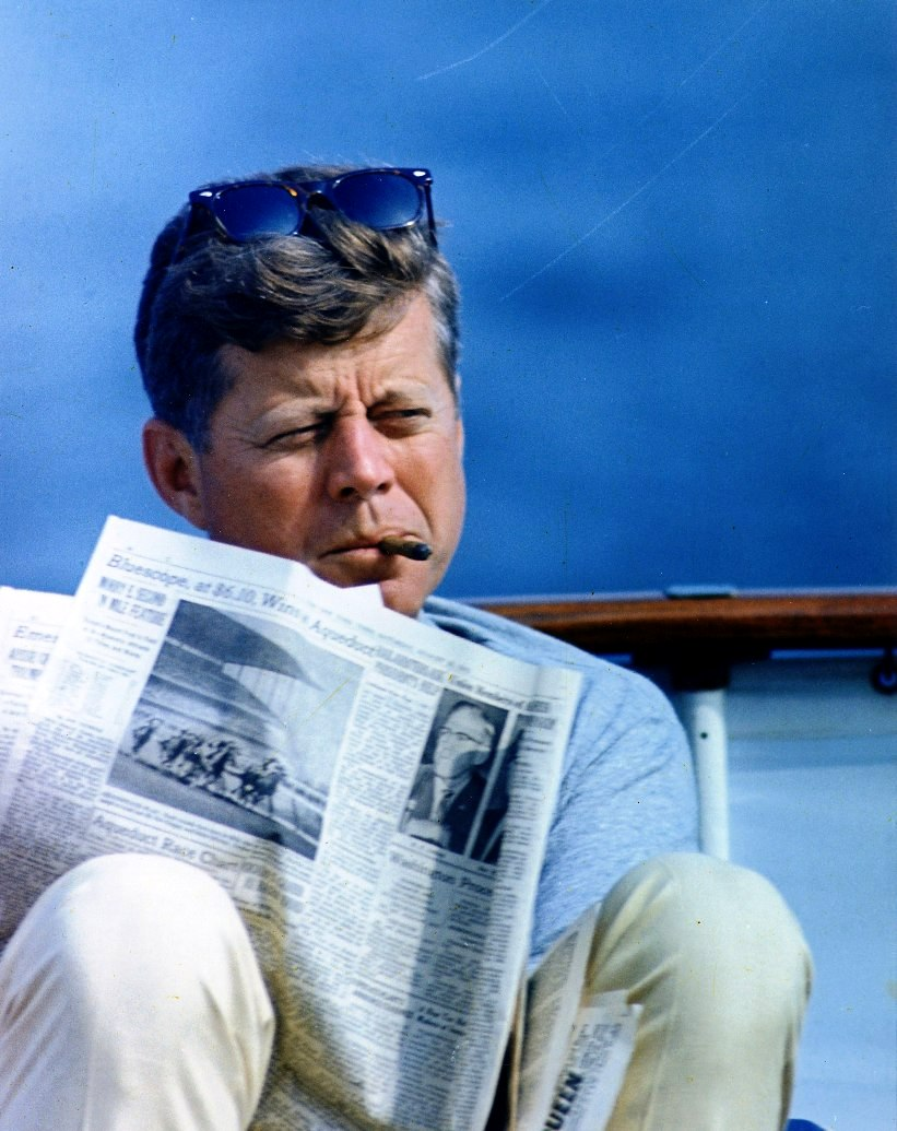 "1572864483890_1963-31agosto-Hyannisport_Weekend_President_Kennedy_with_cigar_NARA-194268.jpg - ""Weekend ad Hyannis Port. Il presidente Kennedy con il sigaro e il New York Times a bordo dell'Honey Fitz"". 31 agosto 1963. Hyannis Port, Massachusetts, U.S.A. Foto di Cecil William Stoughton (1920 – 2008). © Courtesy Office of the Military Aide / White House Photograph Office / NARA - National Archives and Records Administration"