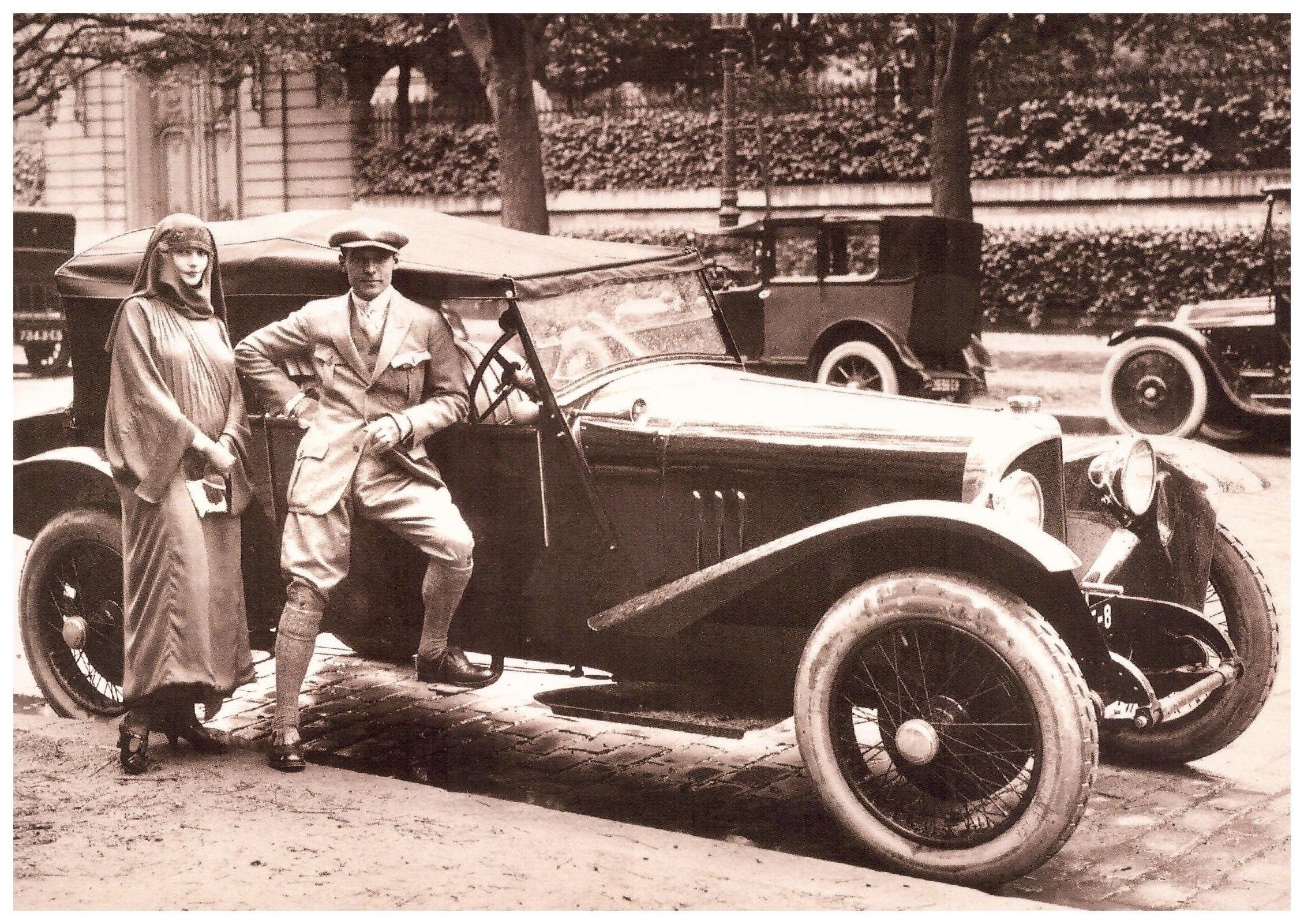 1588649940011_16. automobile.jpeg - Rudy e Natacha, a Parigi, nel 1923