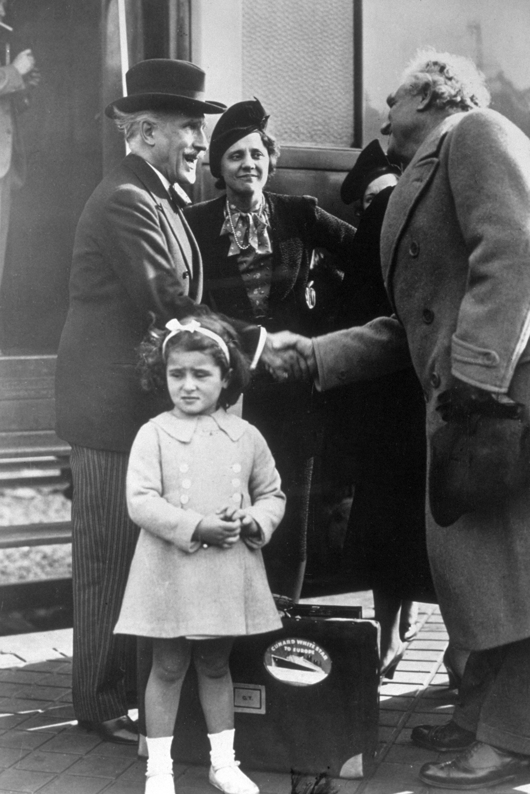1607253854319_21 1939 circa Toscanini con nipote GettyImages-3311256.jpg - 1939 circa. Arturo Toscanini con la moglie e la nipote.